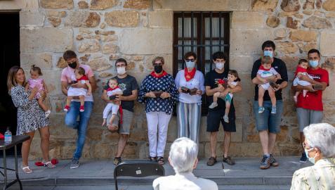 Los nacidos en el último año, residentes o vinculados a Ziordia, con sus allegados ayer tras recibir el pañuelo.