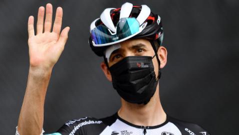 Mikel Nieve, con la ceja y el codo golpeados, durante la pasada Vuelta a España