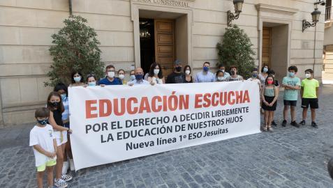 Imagen de la concentración que realizaron en julio las familias afectadas ante el Ayuntamiento de Tudela