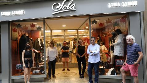 De izda. a dcha., posan ante el escaparate de Sola Moda & Lima Limón alusivo al 125 aniversario de la Banda de Música de Sangüesa: Maite Sola Alzueta (comerciante), Pili Aristu Ruiz (clarinetista), Javier Calvo Lerga (codirector), Esther Abadía Jiménez (diseñadora gráfica), Ángel Sola Jiménez (comerciante) y Luis Mª Sola Bermejo (trompetista).