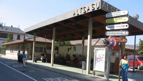 Parada de autobús en el centro de Alsasua