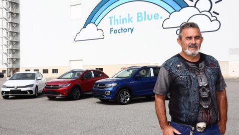 Eugenio Duque posa con los tres coches de VW Navarra (Polo, Taigo y T-Cross). Amante de la estética roquera, tiene ocho pares de botas camperas de serpiente y cocodrilo.