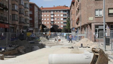En la Rochapea llevan siete meses de obras para renovar redes de abastecimiento y saneamiento en varias calles de la margen derecha del río ArgA