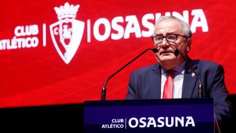 El presidente de Osasuna, Luis Sabalza, durante su intervención en la Asamblea General Extraordinaria del club rojillo