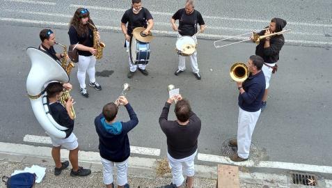 Los integrantes de la charanga alsasuarra Txorongo en una actuación anterior.