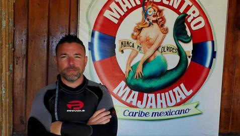 Daniel López Molina, ataviado con su neopreno, en la sede de la empresa de buceo.