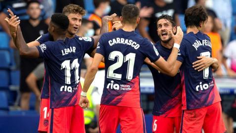 Los jugadores del Atlético de Madrid celebran el gol marcado por su compañero Lemar ante el Espanyol durante el partido de la cuarta jornada de la Liga de Primera División disputado entre el RCD Espanyol y el Atlético de Madrid, este domingo en el RCD Stadium de Cornellá.