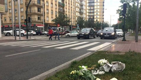 Flores en recuerdo de Pablo Salinas en el paso de peatones donde fue atropellado