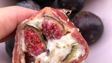 Rollo de jamón con crema de mascarpone, queso azul, higos y melón