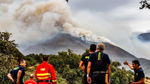 Miembros de la UME trabajan para la extinción del fuego de Sierra Bermeja desde  el cerro de la Silla de los Huesos