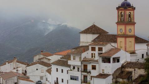 Vista del incendio de Sierra Bermeja desde la localidad malagueña de Algatocín