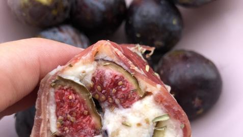 La combinación del higo con los quesos y el jamón envolviendo es una maravilla
