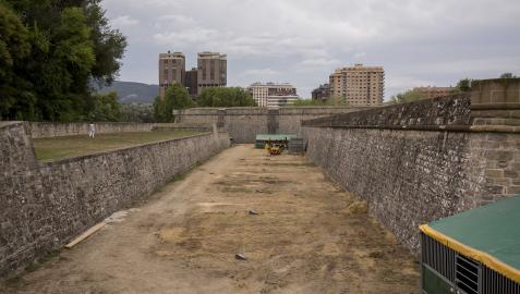 Fosos de la Ciudadela de Pamplona con arena tras el fin de la competición de hípica