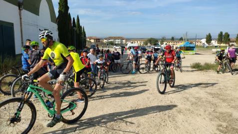 Varios de los ciclistas presentes en el acto de inauguración del circuito se disponen a acceder a él