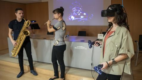 Proyectada en la pantalla mediante tecnología 3D la música interpretada ayer por Eslava y Villar y pintada por Miren Karmele Gómez