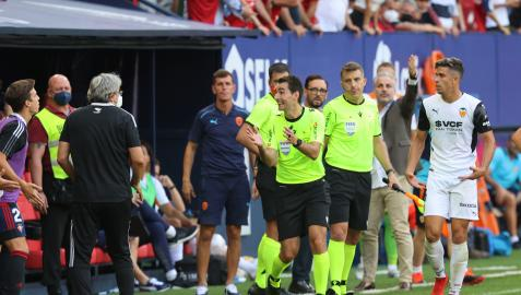 De Burgos Bengoetxea explica a Iñigo Pérez la jugada del gol anulado a Darko