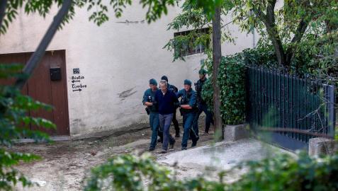 Agentes de la Guardia Civil trasladan a un detenido de los CDR al que halló explosivos