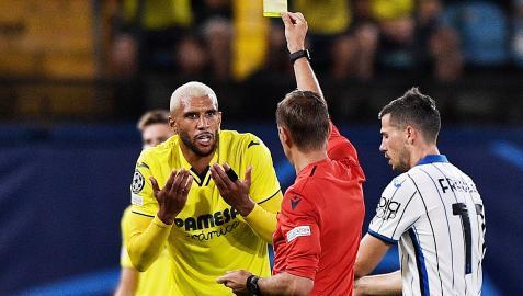 El colegiado Clement Turpin muestra una de las dos amarillas a Etienne Capoue