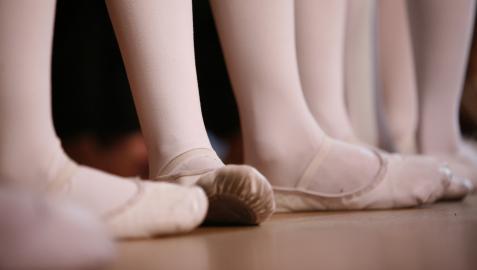 Imagen de un grupo de niños practicando ballet.