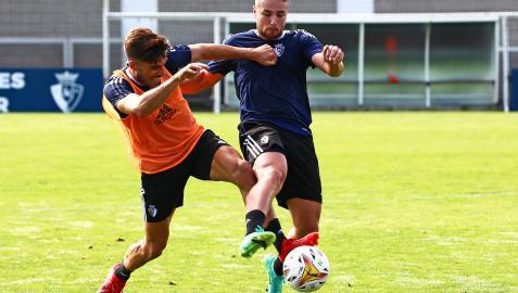 Nacho Vidal presiona a Javi Ontiveros durante la sesión de este miércoles en Tajonar