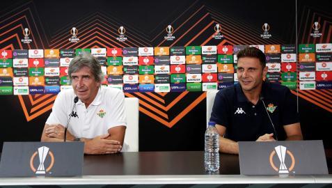 Manuel Pellegrini y Joaquín Sánchez durante la rueda de prensa previa al estreno en Europa