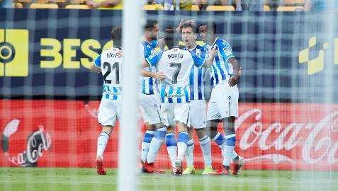 Los jugadores de la real celebran uno de los dos tantos de Mikel Oyarzabal anotados contra el Cádiz