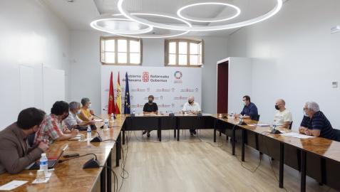 A la izquierda: Ana Sagardoy, presidenta de la mesa; junto a ella Mikel Aoiz y Carlos Bueno, vocales. En el centro: la Presidenta Chivite y el vicepresidente Aierdi. En la parte derecha: Rubén Goñi y Mikel Landabere y Gurutz Gorraiz (vocales)