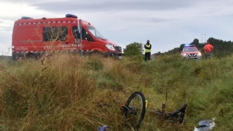 Patrullas de la Policía Foral en el lugar del accidente con la bicicleta en el suelo