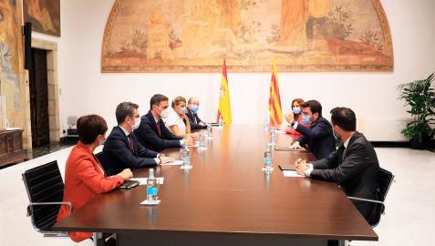 El presidente de la Generalitat, Pere Aragonès, y el presidente del Gobierno, Pedro Sánchez, en el Palau de la Generalitat en Barcelona, junto los ministros y consellers que han participado en la mesa de diálogo sobre Cataluña