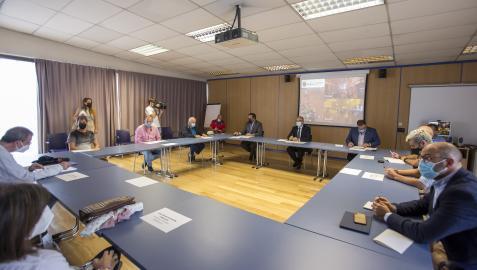 Los once integrantes de la mesa de reflexión sobre el botellón, en la reunión celebrada ayer en la sede de la Policía Municipal de Pamplona