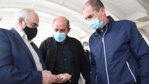 El vicepresidente Aierdi muestra un puñado de astillas