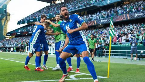 Borja Iglesias alienta a la grada tras uno de los goles béticos celebrado por sus compañeros