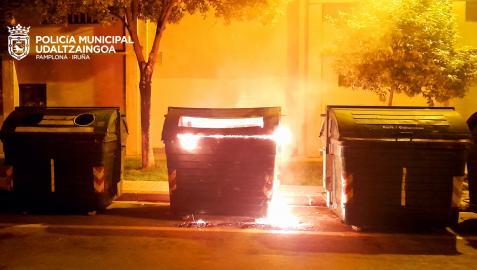 Imagen de uno de los contenedores ardiendo