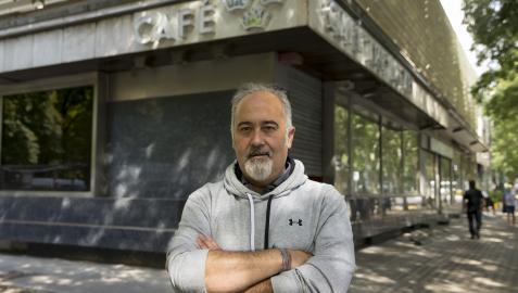 El chef Martín Iturri, junto a la cafetería del hotel Tres Reyes, que se transformará en restaurante