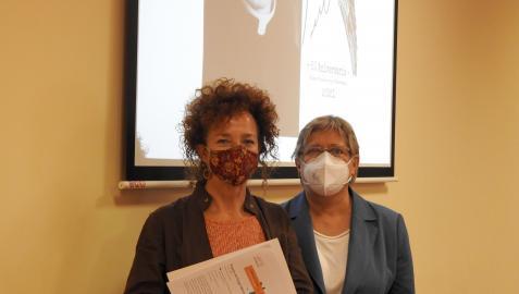 Consuelo Allué, directora del curso de verano, y María Jesús Martínez, sobrina del poeta