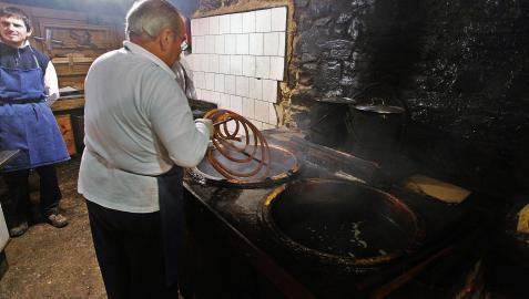 Los churreros de la Mañueta, en plena faena en 2017