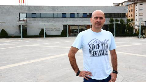 Ander Oroz, alcalde de Ansoáin desde 2015, frente a la Casa Consistorial
