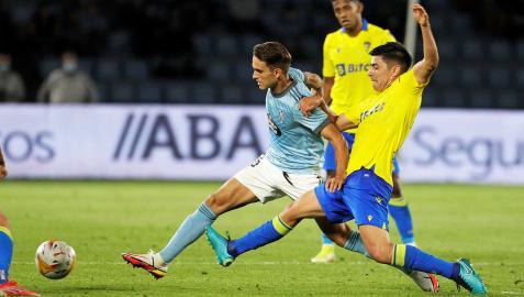 Denis Suárez trata de superar la presión del jugador del Cádiz Iza Carcelén
