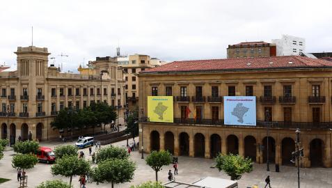 A la derecha, el Palacio de Navarra, sede del Gobierno foral, en una fotografía tomada desde la Plaza del Castillo de Pamplona.
