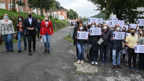 La vicesecretaria nacional de organización y presidenta del PP de Navarra, Ana Beltrán (1d), y el presidente del PP en el País Vasco, Carlos Iturgaiz acuden a la concentración en Mondragón.