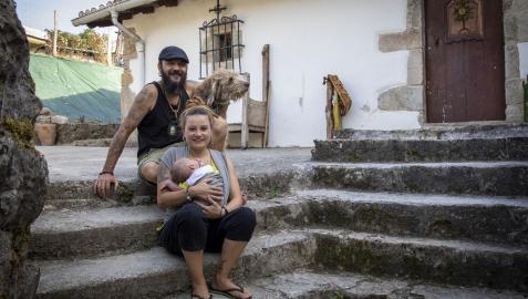 Davinia Arráez y Martín Romero con su hijo Aran y 'Buf', el grifón de la casa, en Anoz