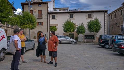 Un grupo de vecinos conversa en el centro de Mañeru