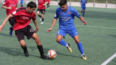 Aarón Martín, del Valle de Egüés,  ante el jugador del Subiza, Javi Moreno