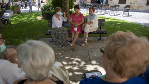 Un grupo de vecinas departe en los instantes previos a la entrega de pañuelos a los benjamines y el homenaje a los mayores del día 8