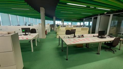 Oficinas de Siemens Gamesa en Sarriguren con señales para indicar los puestos que no se pueden utilizar