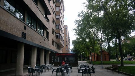 Plaza Félix Huarte de Pamplona ayer por la tarde, donde se desalojó a las 80 personas del piso
