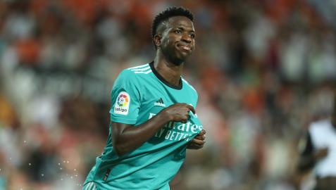 Vinicius celebra su gol ante el Valencia señalándose su escudo