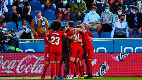 La piña de los jugadores de Osasuna en Mendizorroza para celebrar uno el gol de Torres al Alavés