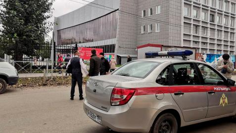 Imagen de un coche de la policía en la Universidad de Perm, donde un atacante ha entrado en el edificio y ha matado a varios estudiantes.