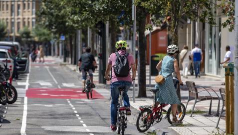 Varias personas circulan por el carril bici de la avenida de Bayona de Pamplona